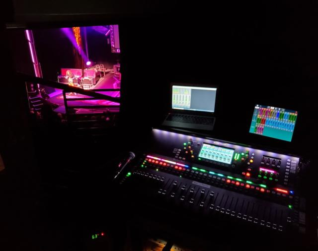 Одно из лучших Стенд-ап шоу дополнили свое оборудование цифровым микшерным пультом от компании Allen-Heat SQ-7