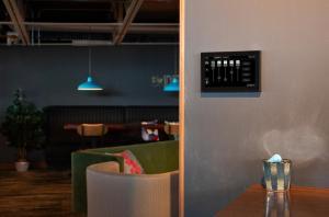 Управляйте светом в Вашем ресторане, баре, кафе, гостинице, офисе - легко и быстро.
